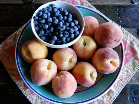 dknFFpeaches_peachesandblueberries