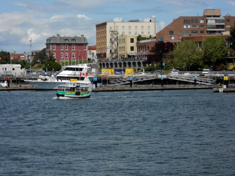 The little harbour ferries connect pedestrians with many points around the city.