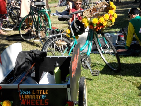 This bicycles and trailer are a mobile library! Well done!